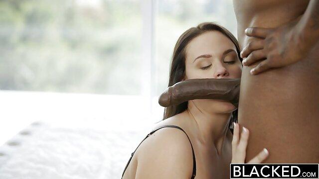 Le gardien du magasin film porno gratuit en hd baise deux filles.