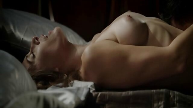Des filme poro gratuit lesbiennes aux gros seins baisent sur la chaise.