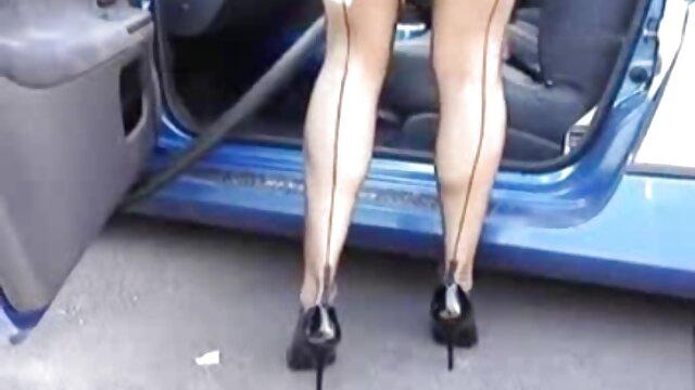 La fille baise futai video gratis avec un homme chauve.