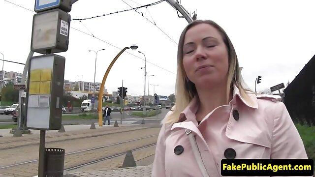 Sexe anal futai video gratis d'une blonde avec des noirs.