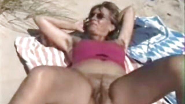 La blonde film porno en hd gratuit fait une pipe au mec.