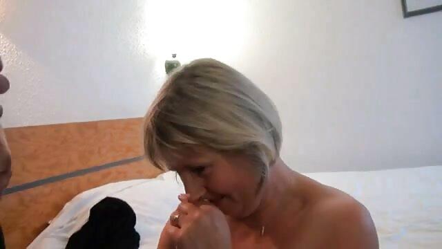 La blonde filme porno hd free se caresse.