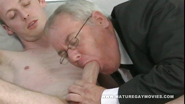 Elena Koshka est heureuse de baiser dans filmeporno gratis cu mature le jardin.