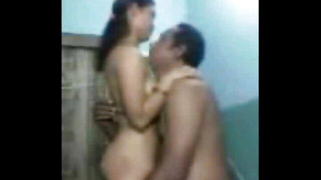 La porno en français hd belle-mère branle le clitoris de sa belle-fille avec un vibromasseur.