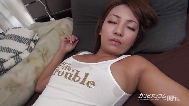 Une film x hd gratuit masseuse collante se branle et suce le client.