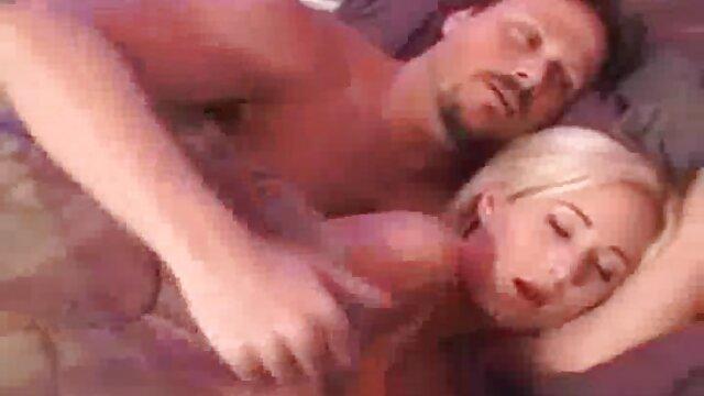 Negro baise retube gratuit avec un mamelon rouge.