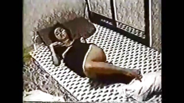 Moka Mora a montré ses seins et se film porno stream complet branle.
