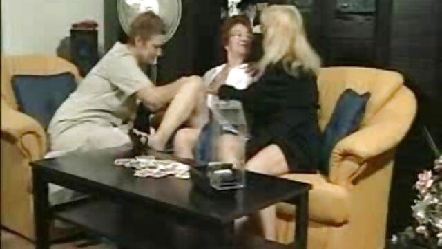 Une blonde branle filme xxx free online un pénis avec une main à un homme attaché.
