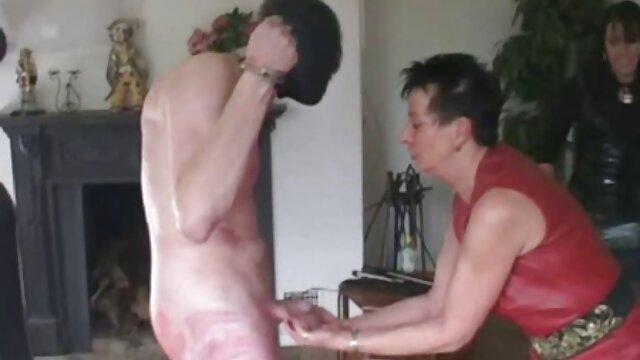 Des lesbiennes en collants déchirés ont des relations sexuelles. filme online gratis sexi