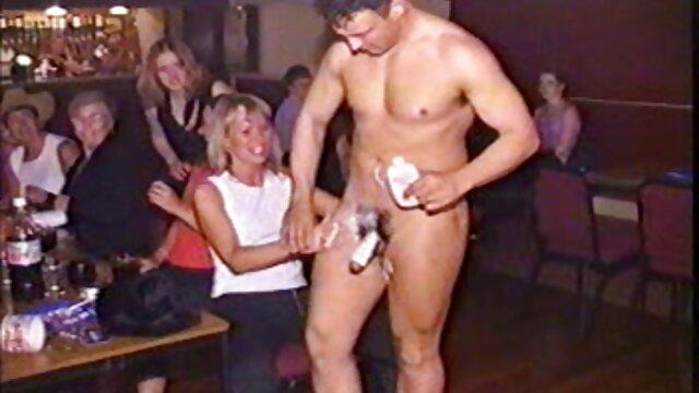 Un film hd porno gratuit étudiant se masturbe devant la caméra.