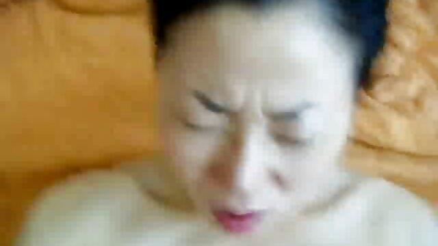 Keileny Kita fait une filmulete porno gratis hd pipe profonde.