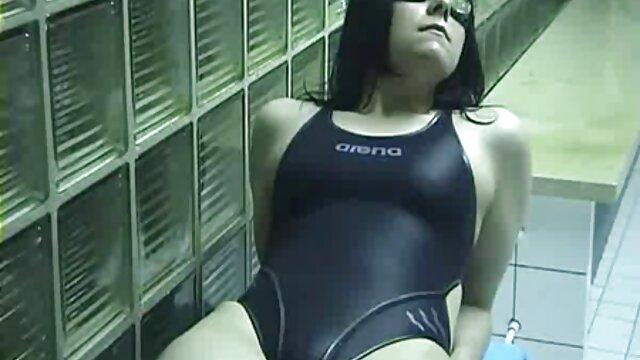 La fille montre sa film porno francais en hd chatte et ses seins.