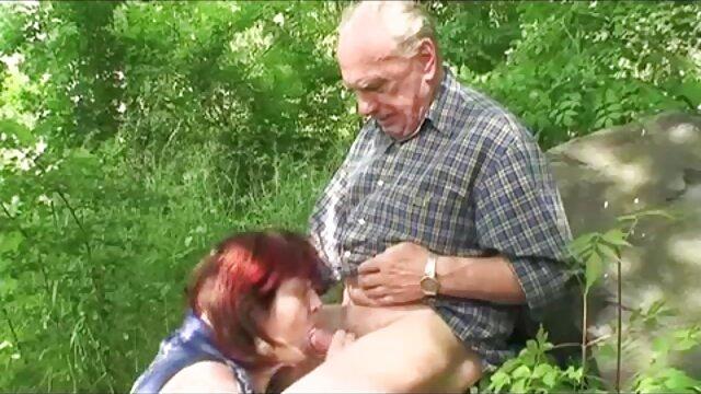 Divorcé de la fille pour le sexe dans la voiture. film porno hd gratuit