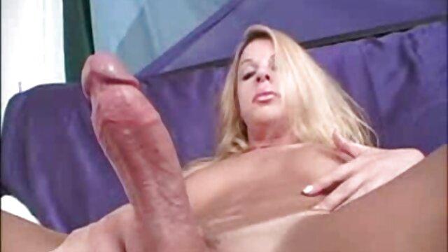 Les lesbiennes se branlent et font pipi dans la filme online gratis sexi salle de bain.