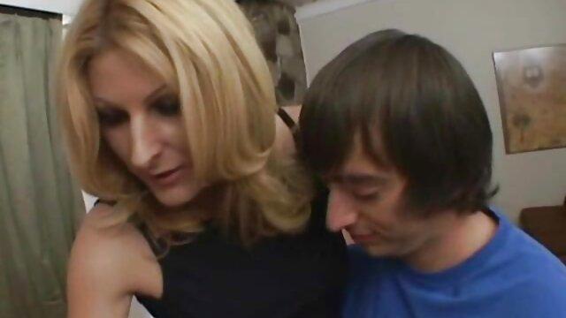 Blonde maigre avec film porno haute qualité un taureau.