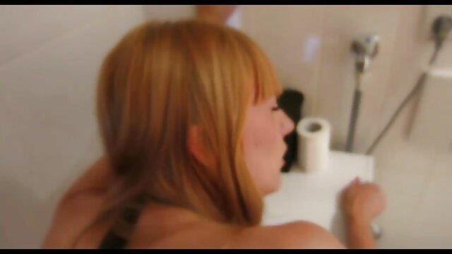 Nymphe profite filme porno online gratuite d'une branlette dans la nature.
