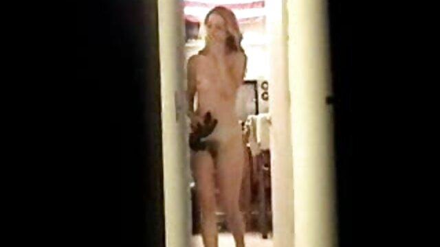 De beaux sanglots montrent un strip-tease à film x hd gratuit la maison.