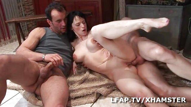Une milf baise film porno gratuit hd avec deux mecs.