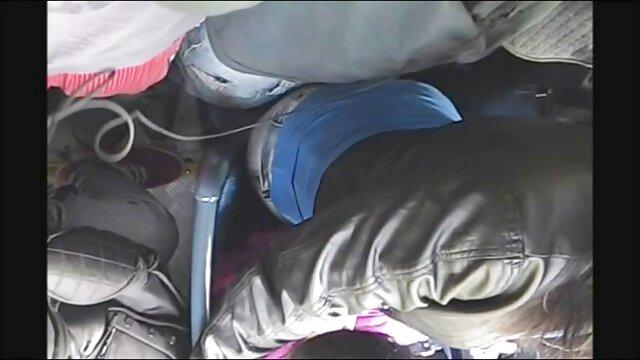 Un homme filme poro gratuit d'affaires baise une femme de chambre attachée dans la chambre.